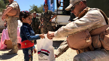 Servicemen of the Russian Center for Reconciliation of Opposing Sides in Syria hand out humanitarian aid in Jiba in the Quneitra province, Syria © Sputnik