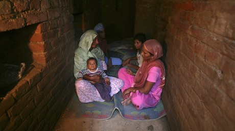 Indian villagers take shelter inside an army bunker at Devi Garh village near Jammu October 7, 2014. ©