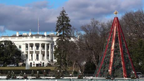 5c200f3fdda4c8e0658b45ee Govt shutdown and crazy climber keep National Christmas Tree dark