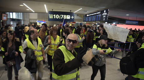 5c83cb62fc7e9331268b45bd WATCH Yellow Vests reinvigorate campaign with flashmob at Paris airport