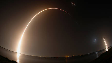 Time exposure photo showing the SpaceX Falcon Heavy rocket taking off and the two side booster rockets landing at Cape Canaveral, Florida © REUTERS / Thom Baur