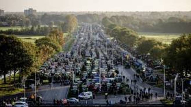WATCH: Dutch farmers clog roads with tractors & machinery over climate change blame