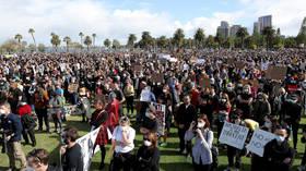 MIRE miles de personas protestan contra el racismo en Australia, desafiando las súplicas del gobierno de no manifestarse durante el brote de Covid-19