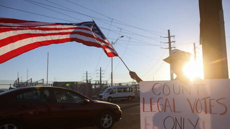 Trump supporter protests Biden's apparent victory © Reuters / Jim Urquhart