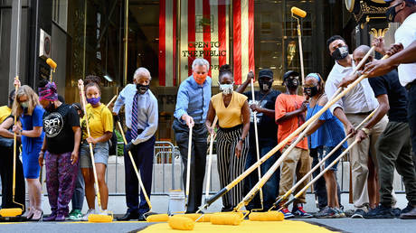 de Blasio and friends in full photo-op mode painting 'Black Lives Matter' on 5th Ave © AFP / Angela Weiss