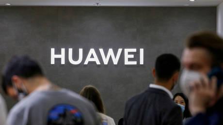 The Huawei logo (FILE PHOTO) © REUTERS/Michele Tantussi/File Photo