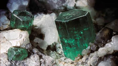 Silicate mineral, beryl. Be3Al2(SiO3)6. Strunz classification 9.CJ.05 © Getty Images / Paul Starost