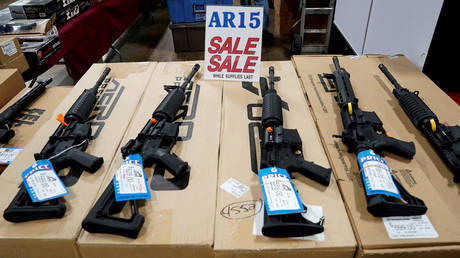AR-15 rifles on sale. (FILE PHOTO) © Reuters / Joshua Roberts
