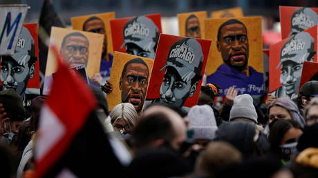 People hold placards with paintings of George Floyd, Daunte Wright and Philando Castile after the verdict in the trial of former Minneapolis police officer Derek Chauvin in Minneapolis, Minnesota, U.S., April 20, 2021. © REUTERS/Carlos Barria