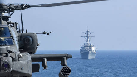 FILE PHOTO. A US Army helicopter seen during an exercise as the guided-missile destroyer USS Benfold transits nearby. © Getty Images / Stocktrek Images