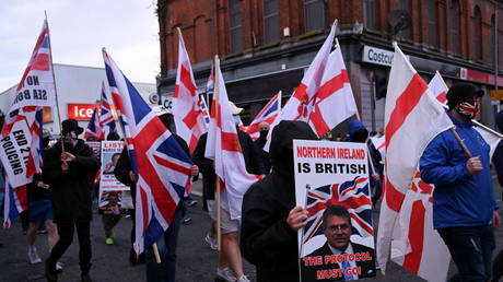 Loyalist demonstrators hold signs and flags during a protest against the Northern Ireland protocol as a result of Brexit, in Belfast, Northern Ireland (FILE PHOTO) © REUTERS/Clodagh Kilcoyne