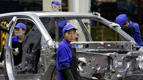 Ouvriers sur une chaîne de montage du géant chinois de la voiture et des batteries électriques BYD, à Shenzhen (Chine méridionale).