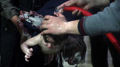 Une photo montre un enfant lavé à Douma après avoir subi, selon les Casques blancs, une attaque à l'arme chimique. Pour l'armée russe, les photos sont des mises en scène.