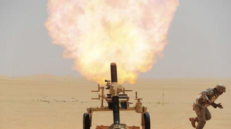 Illustration : un soldat saoudien lance un obus sur des positions de Houthis au Yémen, en avril 2015 (image d'illustration).