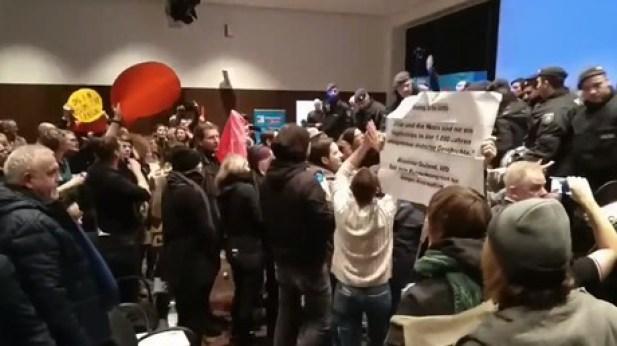 Militants d'extrême gauche introduits dans un rassemblement de l'AfD le 20 décembre à Cologne.