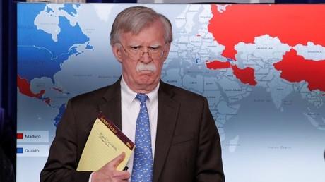 Le conseiller à la Sécurité nationale, John Bolton, tient un bloc-notes avec portant l'inscription «5 000 soldats en Colombie» lors de la conférence de presse annonçant des sanctions économiques contre le Venezuela à la Maison Blanche à Washington, le 28 janvier 2019.
