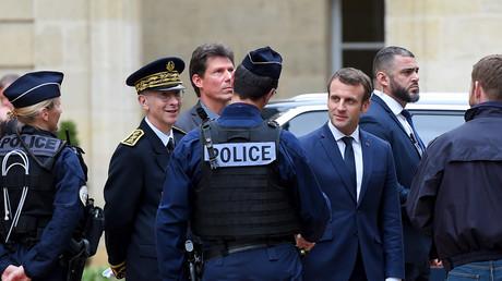 Emmanuel Macron salue des policiers au sortir de la préfecture de Gironde à Bordeaux le 1er mars (image d'illustration).