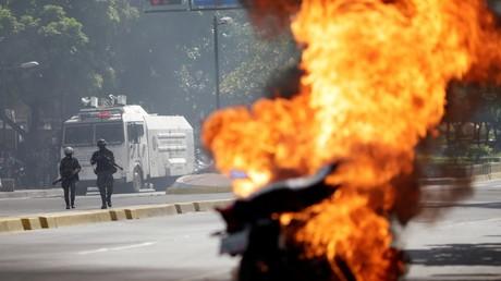 Une moto en proie aux flammes lors d'une manifestation contre le président vénézuélien Nicolas Maduro à Caracas, en août 2017 (image d'illustration).
