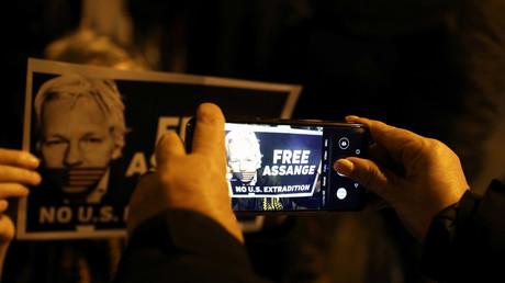 Covid-19 : le Royaume-Uni libère des milliers de détenus... mais pas Julian Assange