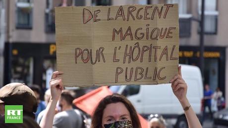 «Tous unis pour notre santé» : membres du personnel hospitalier et Gilets jaunes manifestent à Paris