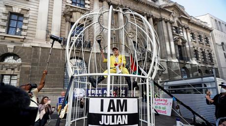 La styliste Vivienne Westwood s'enferme dans une cage contre l'extradition de Julian Assange
