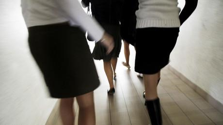 Tenue correcte exigée à l'école ? Emmanuel Macron refuse de se positionner sur le sujet