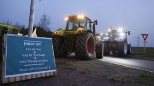 Des agriculteurs d'Ile-de-France mènent une opération escargot sur plusieurs autoroutes (VIDEOS)