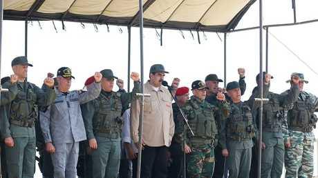 رئيس فنزويلا نيكولاس مادورو يقف إلى جانب أعضاء القيادة العسكرية العليا خلال مناورة عسكرية في بويرتو كابيلو، فنزويلا 27 يناير 2019