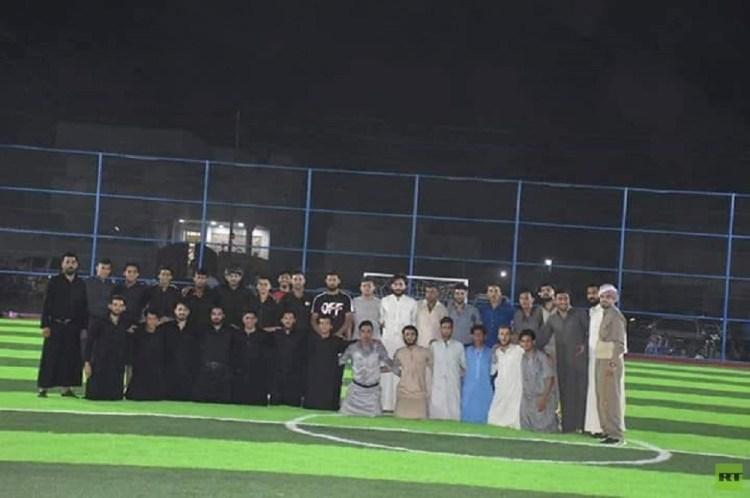 بالصور.. عراقيون يلعبون مباراة كرة قدم بأغرب زي شهدته الملاعب