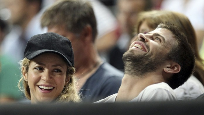 Pique escapes from Barcelona's crises into Shakira's arms (picture)