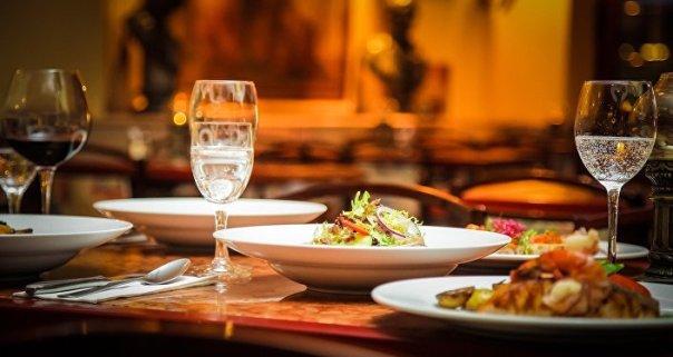 Una mesa de restaurante
