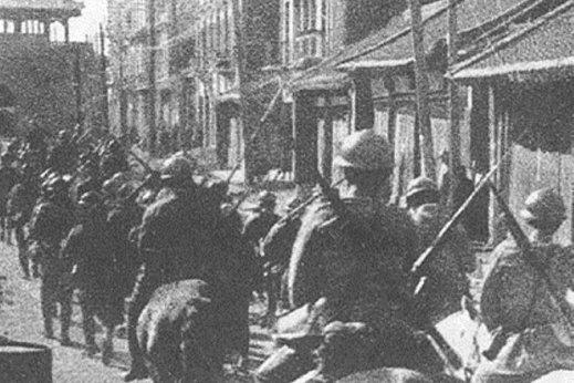 Soldados japoneses entran en Mukden después del incidente en el ferrocarril del Sur de Manchuria , septiembre de 1931