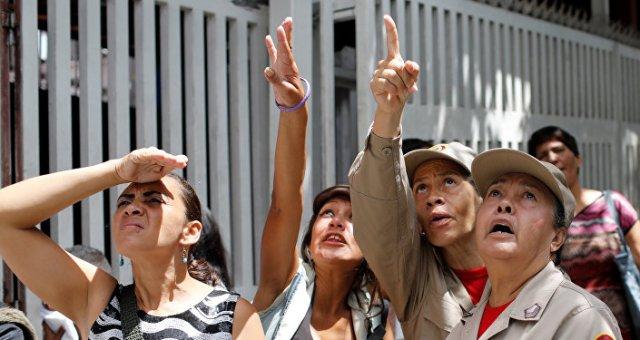 Venezolanos miran hacia el rascacielos Torre de David en Caracas