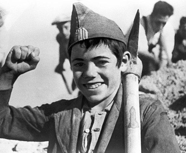 El documentalista soviético Román Karmen registró con su cámara la Guerra Civil Española. En esta foto, tomada de una de sus películas, se ve cómo un niño ayuda en la construcción de una fortificación del bando republicano en la Batalla de Madrid.