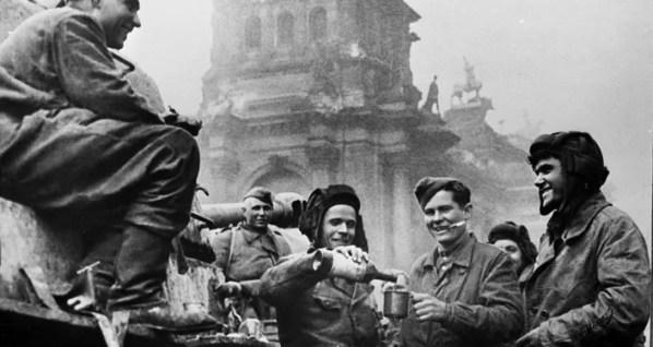 La tripulación de un tanque T-34 cerca del edificio del Reichstag.