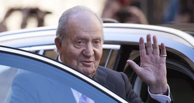 El ex Rey Juan Carlos I de España saluda después de asistir a la tradicional Misa de Resurrección del Domingo de Pascua en Palma de Mallorca en abril de 2018
