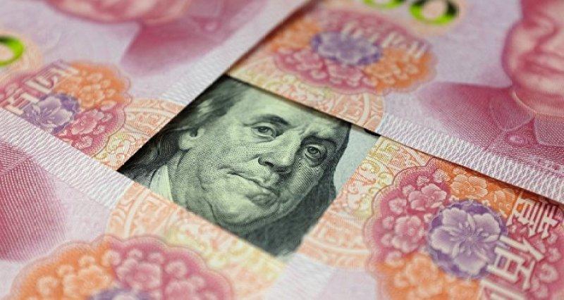 Yuanes y un billete de dólar