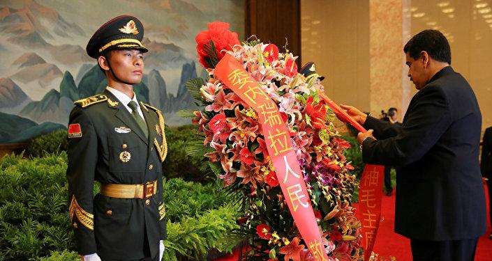 Nicolás Maduro en China deja una ofrenda en el mausoleo de Mao Zedong