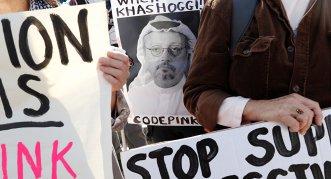 Un activista con la foto del periodista Jamal Khashoggi