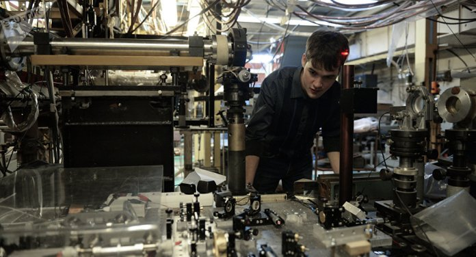 Un científico del Instituto de Física Nuclear en la plataforma donde se encuentra la Trampa Abierta