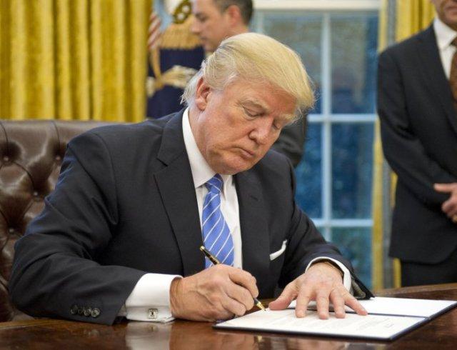 https://i2.wp.com/cdnph.upi.com/collection/fp/upi/10861/00749a54cb27d0e0d28e52beda5dd0cd/President-Trump-signs-first-executive-orders_7_1.jpg?w=640