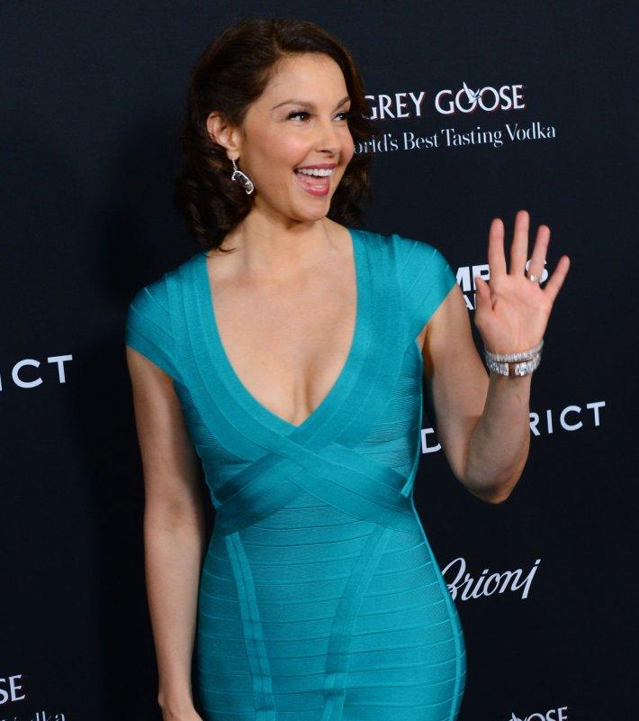 Ashley Judds Dress Wows Gerard Butler At Olympus Has