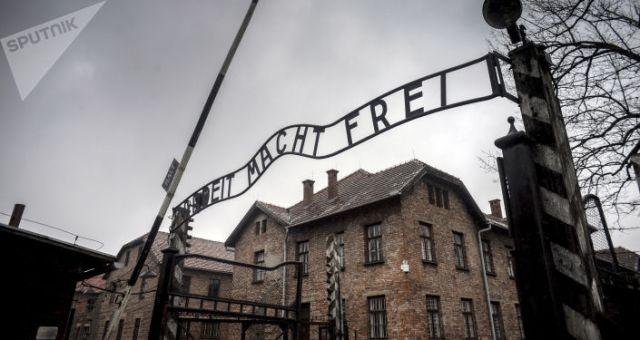 Brama centralna byłego obozu śmieci Auschwitz-Birkenau w Oświęcimiu