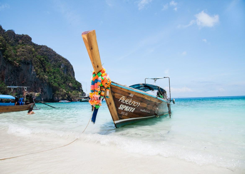 Barco Longtail em uma praia tailandesa   viajando na janela