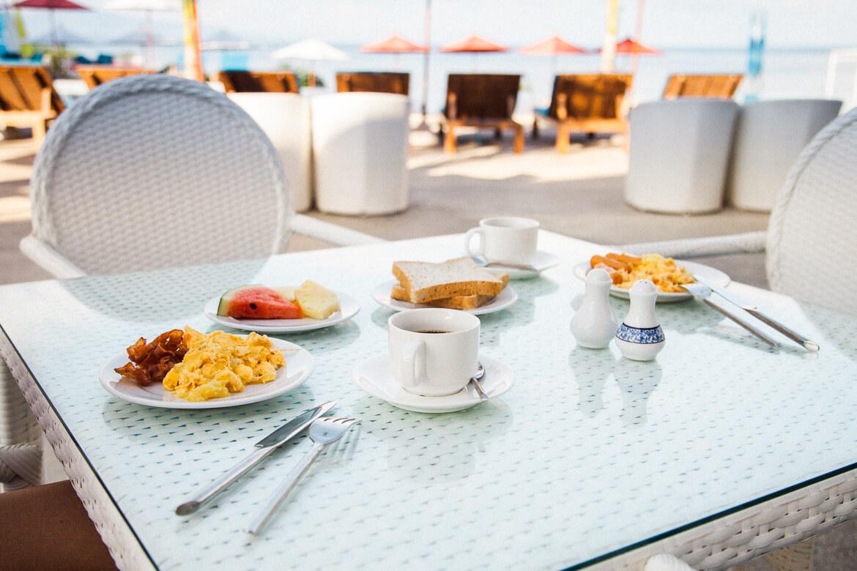 Café da manhã servido no hotel Sunset Beach Club em Koh Phangan | Viajando na Janela