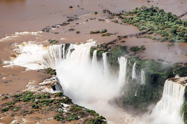 Garganta do Diabo vista durante o passeio de helicóptero em Foz do Iguaçu