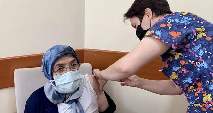 aşı olan 65 yaş üstü kadın