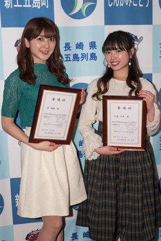 GOTO Satoumiアンバサダー委嘱状を受け取った森咲樹(左)と中島早貴(右)。