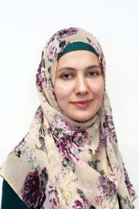 """Mag. Ayse AKAY ist 29 Jahre alt und hat zwei Kinder. 2013 absolvierte sie ihr Diplomstudium für Turkologie in der Orientalistik an der Hauptuniversität Wien. Sie unterrichtet seit sechs Jahren an den öffentlichen SchulenAPS und AHS islamischen Religionsunterricht. Derzeit schreibt sie ihre Doktorarbeit in der Philosophie im Bereich""""Islamische Religionspädagogik""""."""