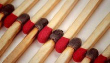 Picture of matches with black and red match heads lined up in an alternating color pattern